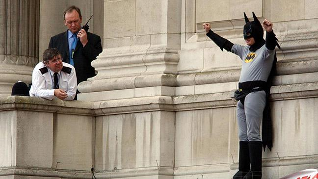 a-fathers-4-justice-campaigner-dressed-as-batman-on-a-balcony-of-buckingham-palace-after-breaching-security-136393216187403901-140912155637