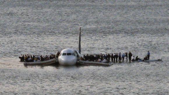 1389806210000-AP-YE-Plane-Splashdown