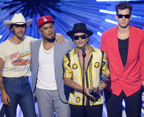 mark-ronson--bruno-mars-win-best-male-video-at-the-mtv-vmas-2015-1440987576-view-0