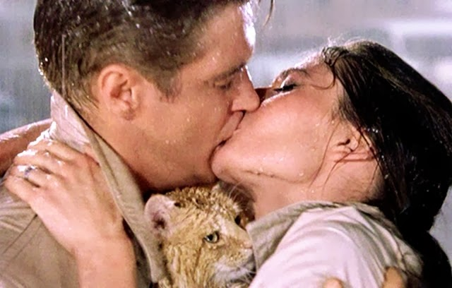 breakfast-at-tiffanys-1961-001-audrey-hepburn-george-peppard-kiss-cat